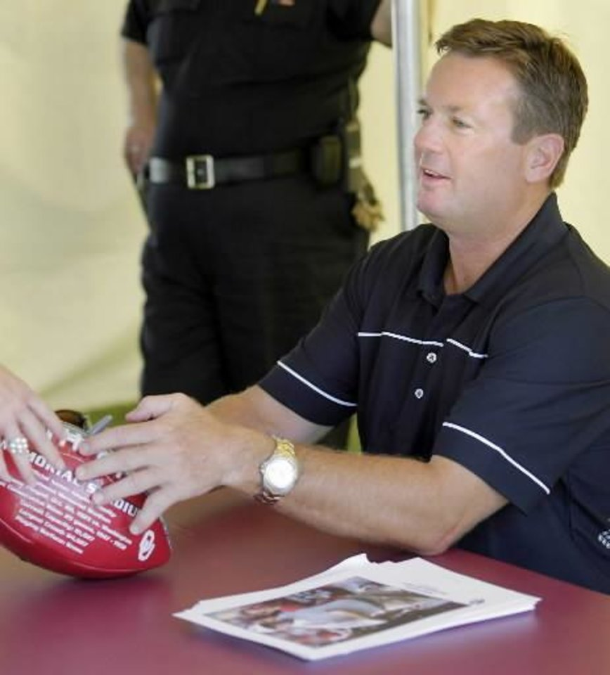 Photo - Oklahoma head football coach Bob Stoops signs autographs for fans during the  OU  Caravan stop at the  OU Schusterman Center in Tulsa, OK June 25, 2009. MICHAEL WYKE/Tulsa World