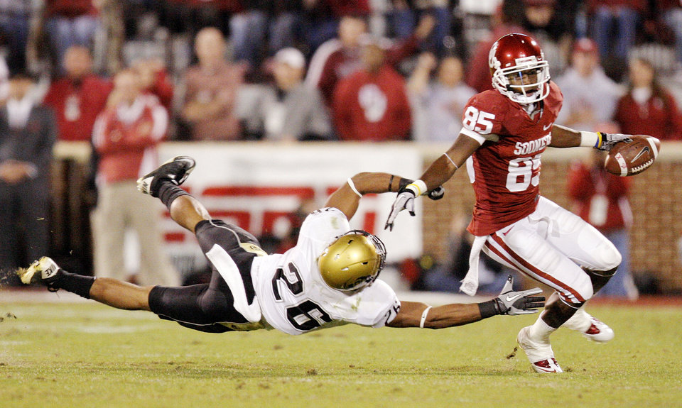 Photo - OU's Ryan Broyles (85) gets past Ray Polk (26) of Colorado after a catch in the first quarter during the college football game between the University of Oklahoma (OU) Sooners and the University of Colorado Buffaloes at Gaylord Family-Oklahoma Memorial Stadium in Norman, Okla., Saturday, October 30, 2010. Photo by Nate Billings, The Oklahoman