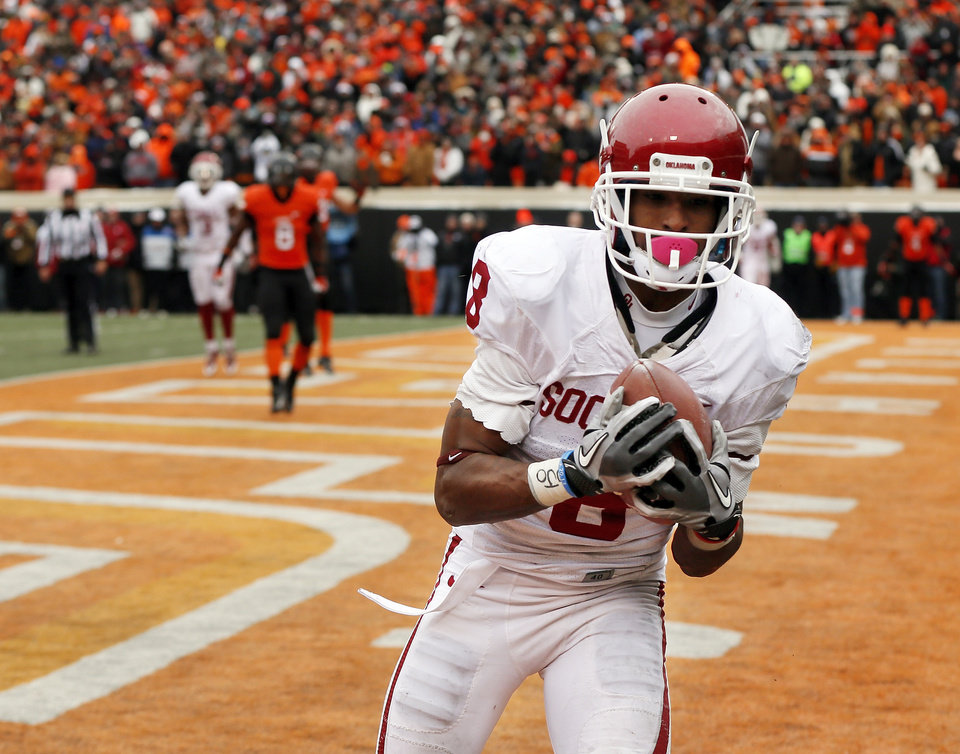 Photo - Oklahoma's Jalen Saunders (8) catches the go-ahead touchdown in the fourth quarter during the Bedlam college football game between the Oklahoma State University Cowboys (OSU) and the University of Oklahoma Sooners (OU) at Boone Pickens Stadium in Stillwater, Okla., Saturday, Dec. 7, 2013. OU won, 33-24. Photo by Nate Billings, The Oklahoman