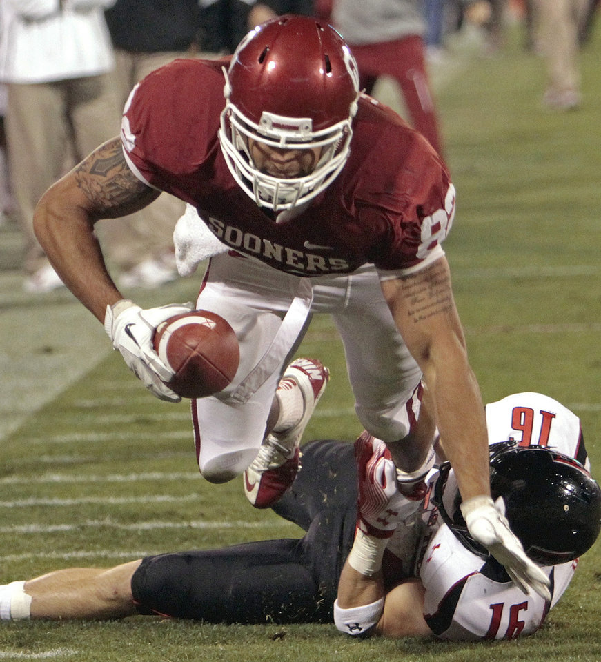Photo - Oklahoma's James Hanna (82) catches a pass and runs inside the five during the second half of the college football game between the University of Oklahoma Sooners (OU) and Texas Tech University Red Raiders (TTU) at the Gaylord Family-Memorial Stadium on Saturday, Oct. 22, 2011. in Norman, Okla.  Tech won 41-38.  Photo by Steve Sisney, The Oklahoman