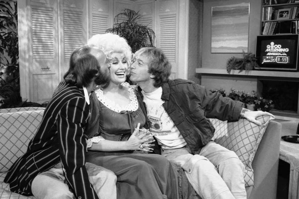 Photo -   This June 20, 1984, file photo, shows from left, Morris Gibb, Dolly Parton, and Robin Gibb, on ABC-TV's