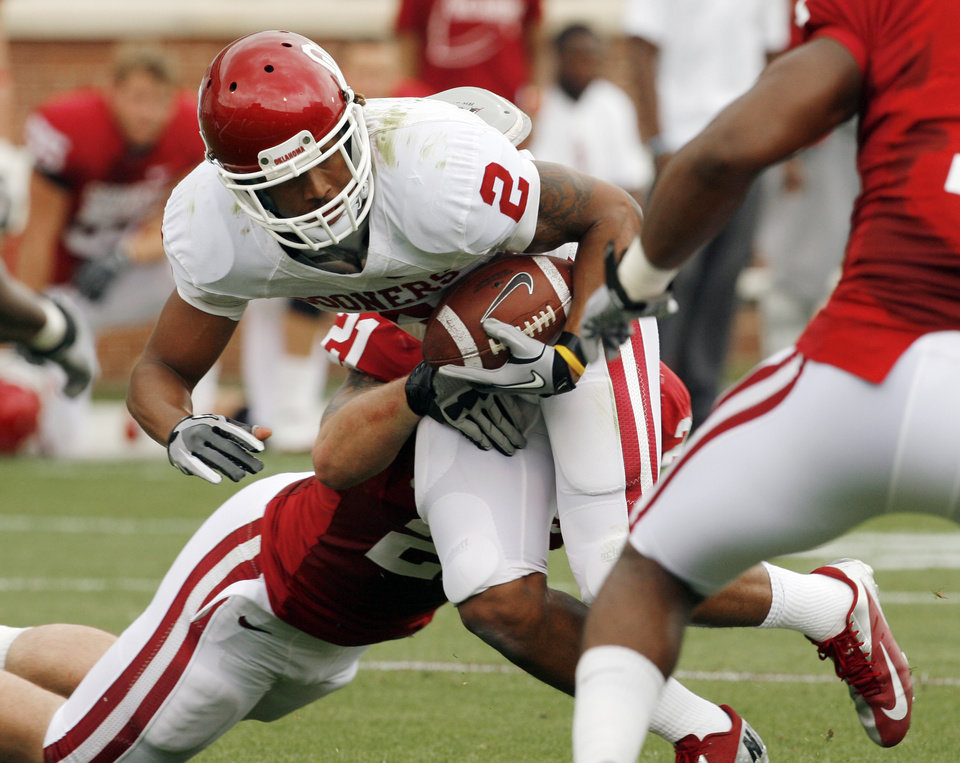 Photo - SPRING FOOTBALL / COLLEGE FOOTBALL: Trey Franks (2) carries during the University of Oklahoma (OU) football team's annual Red and White Game at Gaylord Family - Oklahoma Memorial Stadium on Saturday, April 14, 2012, in Norman, Okla.  Photo by Steve Sisney, The Oklahoman
