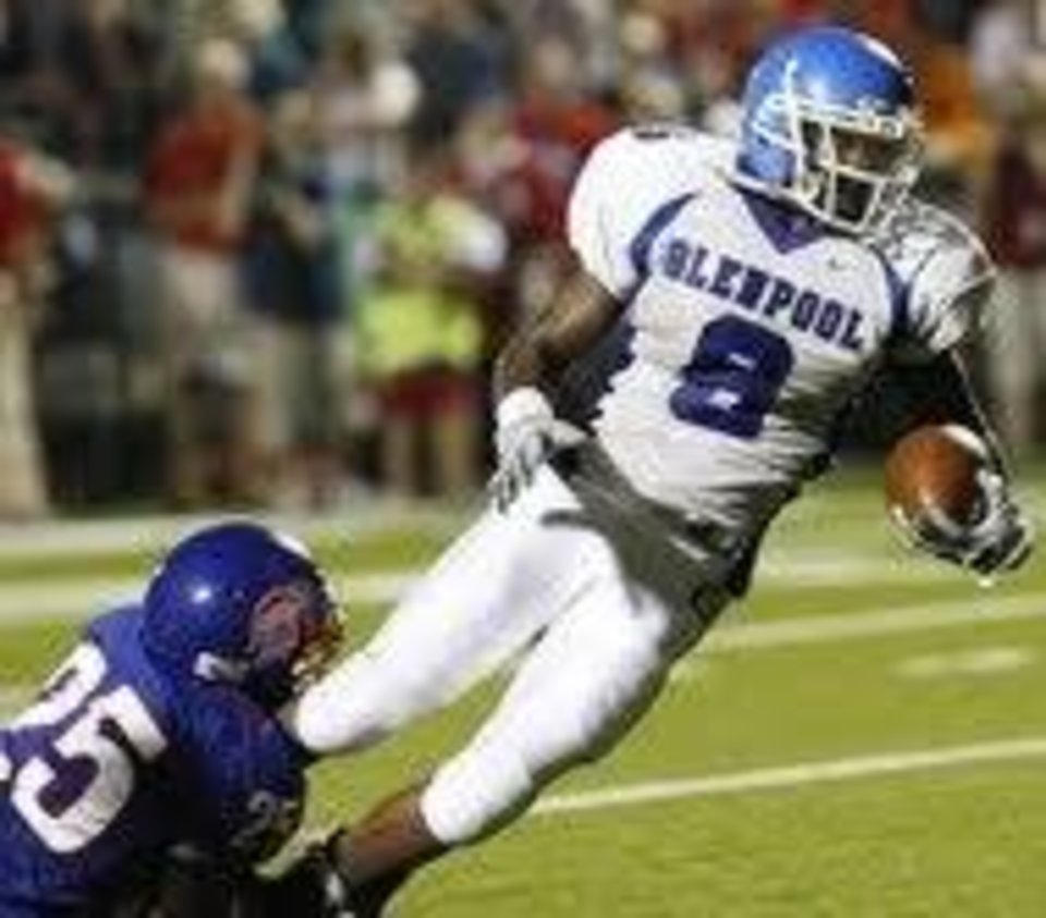Photo - Bixby's DeAngelo Jennings (left) brings down Glenpool's Isaac Maselera. Friday  Sept. 11, 2009  SHERRY BROWN/Tulsa World