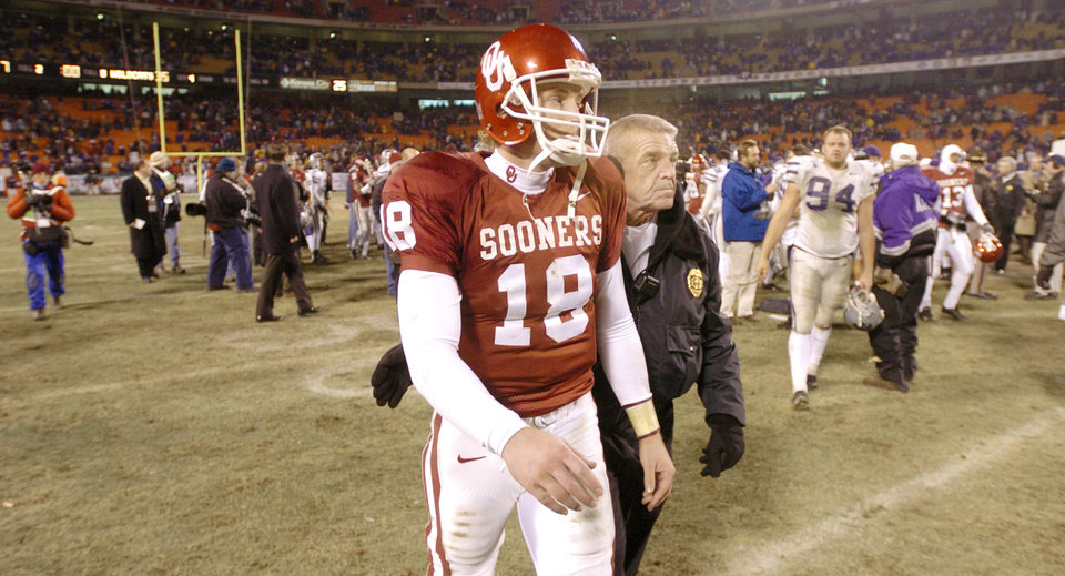Kansas City, Mo. Saturday,12/06/2003 . BIG 12 CHAMPIONSHIP UNIVERSITY OF OKLAHOMA  (OU) VS KANSAS STATE (KSU) COLLEGE FOOTBALL AT ARROWHEAD STADIUM. Sooners Jason White walks off the field following OU's 35 to 7 loss. (Staff photo by Steve Gooch)