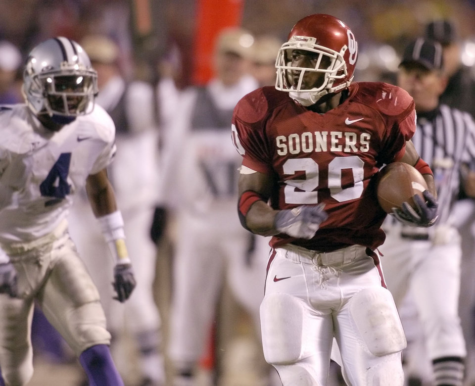 Kansas City, MO. USA.  Saturday, December 6, 2003:  Big 12 college football championship, University of Oklahoma vs Kansas State University (KSU):  Kejuan Jones scores OU's first touchdown.  Staff photo by Bryan Terry.