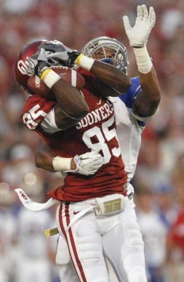 Photo - Oklahoma's Ryan Broyles (85) catches a pass in front of Tulsa's Lowell Rose (7) during the first half of the college football game between the University of Oklahoma Sooners ( OU) and the Tulsa University Hurricanes (TU) at the Gaylord Family-Memorial Stadium on Saturday, Sept. 3, 2011, in Norman, Okla. Photo by Steve Sisney, The Oklahoman ORG XMIT: KOD
