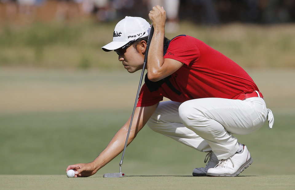 Photo - Kevin Na lines up his putt on the seventh hole during the third round of the U.S. Open golf tournament in Pinehurst, N.C., Saturday, June 14, 2014. (AP Photo/Matt York)