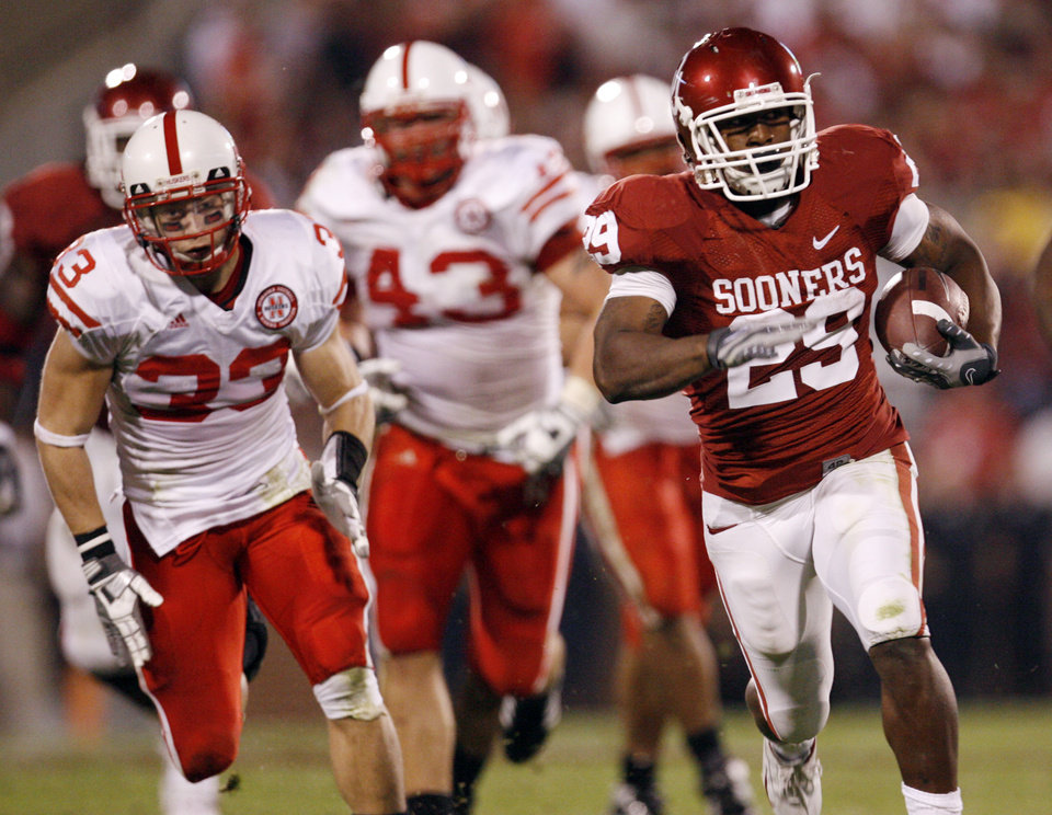 Oklahoma's Chris Brown (29) out runs Nebraska's Matt O'Hanlon (33) and Ty Steinkuhler (43) during the first half of the college football game between the University of Oklahoma Sooners (OU) and the University of Nebraska Huskers (NU) at the Gaylord Family-Oklahoma Memorial Stadium, on Saturday, Nov. 1, 2008, in Norman, Okla. 