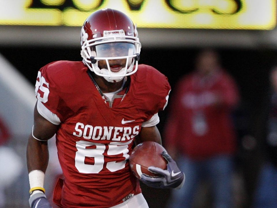 Photo - Ryan Broyles runs after a catch during the first half of the college football game between the University of Oklahoma Sooners (OU) and the Kansas State University Wildcats (KSU) at the Gaylord Familiy-Oklahoma Memorial Stadium on Saturday, Oct. 31, 2009, in Norman, Okla. Photo by Steve Sisney, The Oklahoman ORG XMIT: KOD