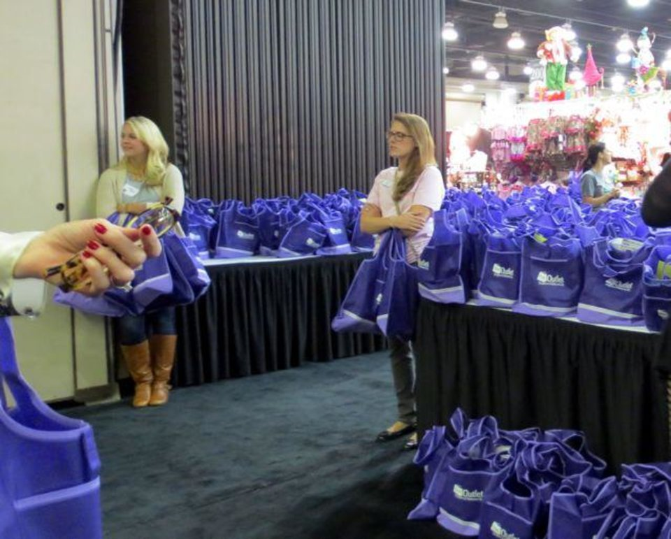 Shopping bags for Preview Party shoppers. (Photo by Helen Ford Wallace).