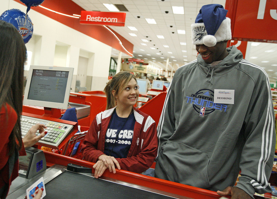 Photo - NBA BASKETBALL TEAM / CHARITY / CHRISTMAS: Desmond Mason of the Oklahoma City Thunder helps Annalisa Nolen, 12, shop during a shopping spree at Target in Oklahoma City, Tuesday, Dec. 9, 2008. BY BRYAN TERRY, THE OKLAHOMAN ORG XMIT: KOD