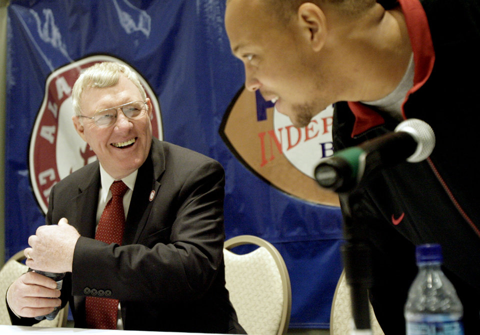 Photo - COLLEGE FOOTBALL: University of Alabama's Juwan Simpson, left, jokes around with interim head coach Joe Kines during the PetroSun Independence Bowl press conference at the Shreveport Convention Center, in Shreveport, LA, Wednesday, Dec. 27, 2006. By Matt Strasen, The Oklahoman  ORG XMIT: KOD