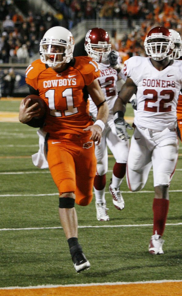 Zac Robinson keeps the ball for a touchdon during the second half of the college football game between the University of Oklahoma Sooners (OU) and Oklahoma State University Cowboys (OSU) at Boone Pickens Stadium on Saturday, Nov. 29, 2008, in Stillwater, Okla. STAFF PHOTO BY NATE BILLINGS