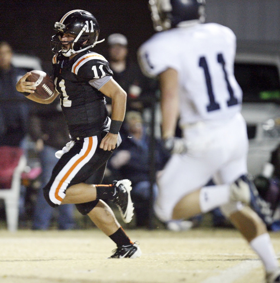 Photo - Wayne quarterback Sam Martin (11) keeps the ball for a touchdown past Minco's Jacob Overton (11) during a high school football playoff game between Wayne and Minco in Wayne, Okla., Friday, Nov. 25, 2011. Photo by Nate Billings, The Oklahoman