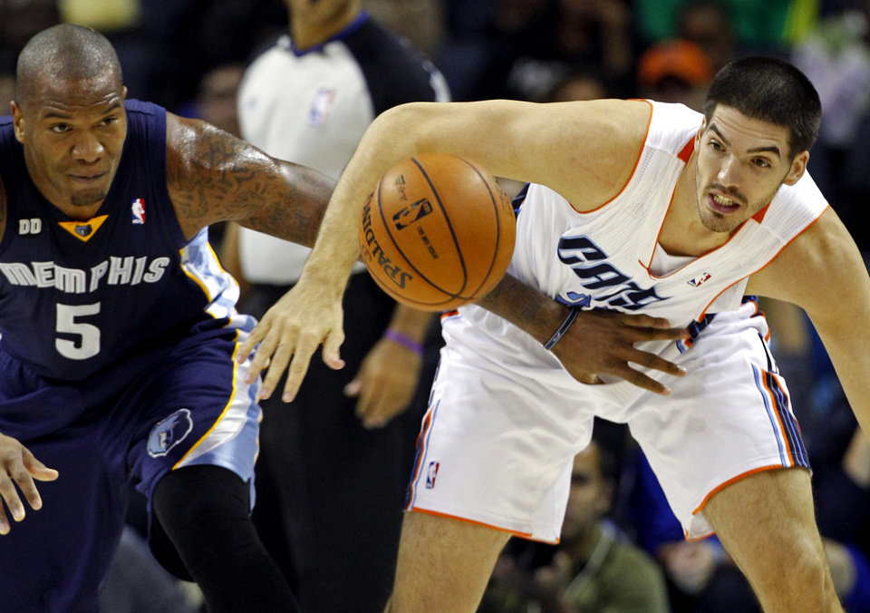 Photo -   Charlotte Bobcats' Byron Mullens, right, and Memphis Grizzlies' Marreese Speights, left, chase the loose ball during the first half of an NBA basketball game, Saturday, Nov. 17, 2012, in Charlotte, N.C. (AP Photo/Chuck Burton)