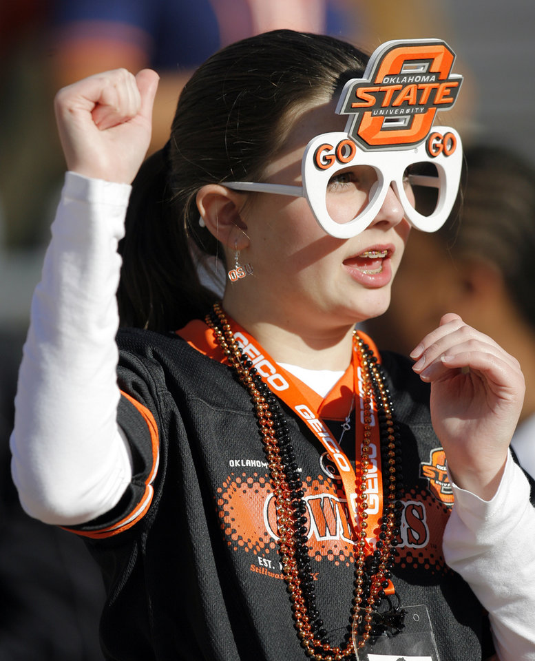 Photo - FAN: Shelby Dickerson, 11, of Broken Arrow, Okla., cheers before the Insight Bowl college football game between Oklahoma State University (OSU) and the Indiana University Hoosiers (IU) at Sun Devil Stadium on Monday, Dec. 31, 2007, in Tempe, Ariz. BY NATE BILLINGS, THE OKLAHOMAN ORG XMIT: KOD