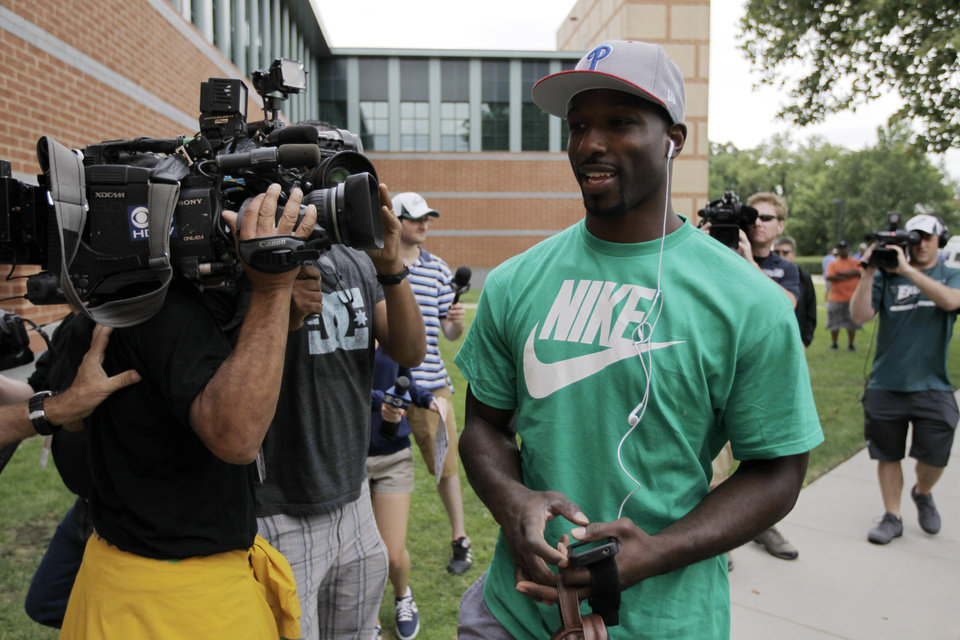 Philadelphia Eagles' Jason Avant arrives at NFL football training camp in Philadelphia, Thursday, July 25, 2013. (AP Photo/Matt Rourke)