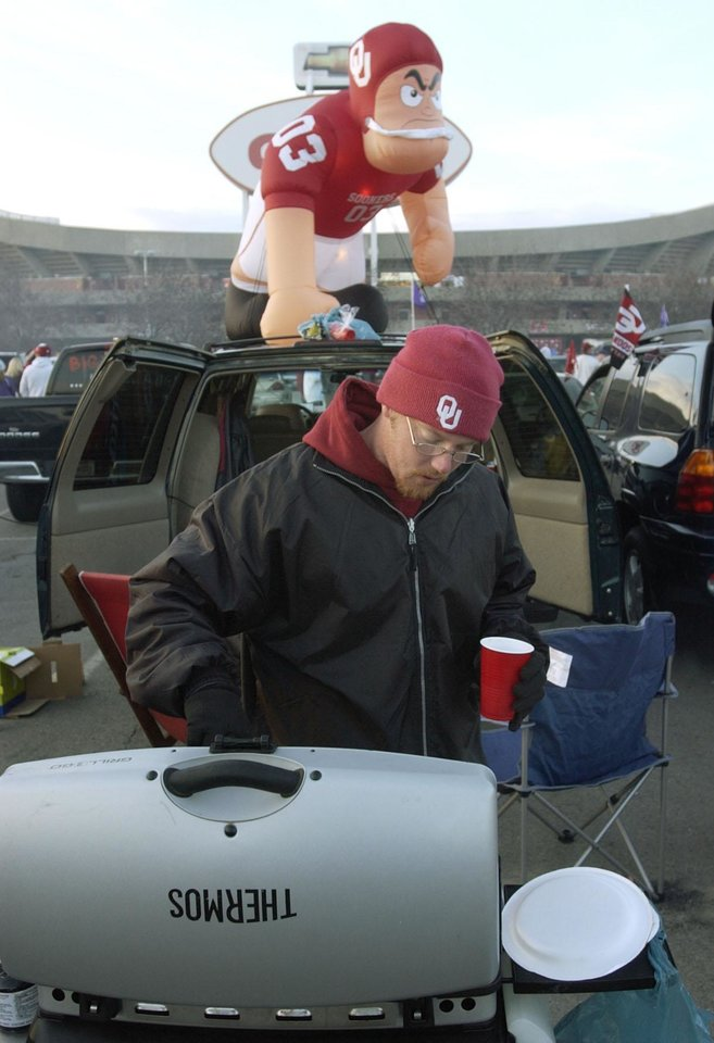 Kansas City, Mo. Saturday,12/06/2003 UNIVERSITY OF OKLAHOMA VS KANSAS STATE UNIVERSITY (KSU) BIG 12 COLLEGE FOOTBALL CHAMPIONSHIP ARROWHEAD STADIUM. OU FAN, FANS, TAILGATING: Chris Nabors of Madill, Oklahoma cooks before the game. (Staff photo by Steve Gooch)