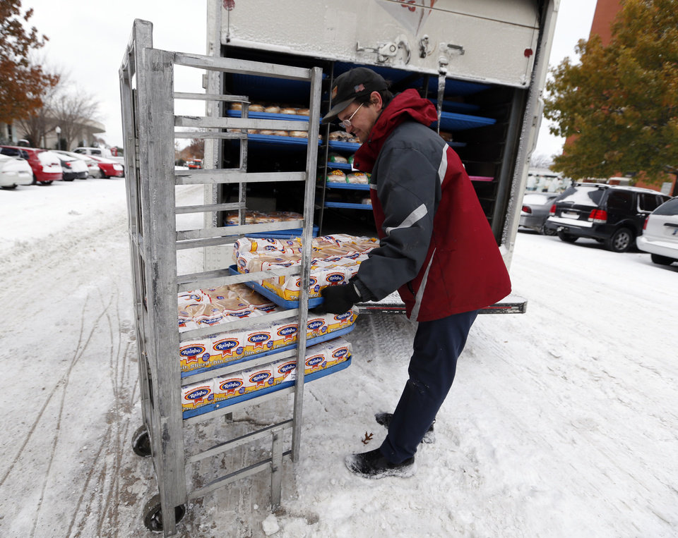 Photo - Sara Lee delivery man Jody Sanders delivers bread to the cafeteria the University of Oklahoma (OU) on Friday, Dec. 6, 2013 in Norman, Okla.  Photo by Steve Sisney, The Oklahoman