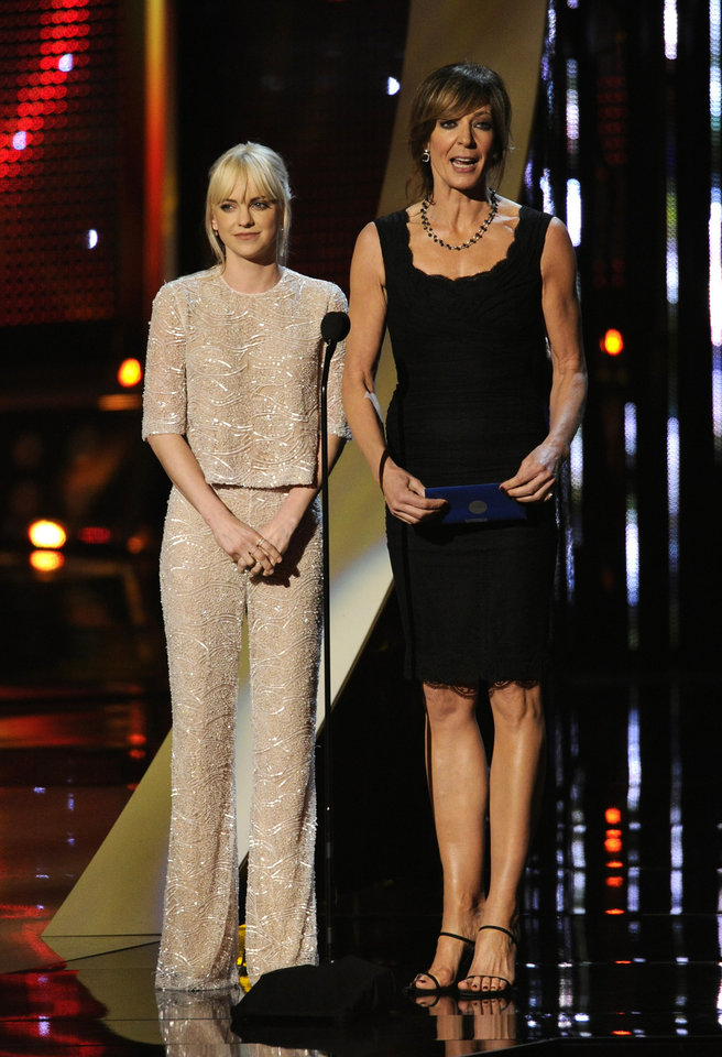 Photo - Presenters Anna Faris, left, and Allison Janney speak on stage at the 40th annual People's Choice Awards at the Nokia Theatre L.A. Live on Wednesday, Jan. 8, 2014, in Los Angeles. (Photo by Chris Pizzello/Invision/AP)