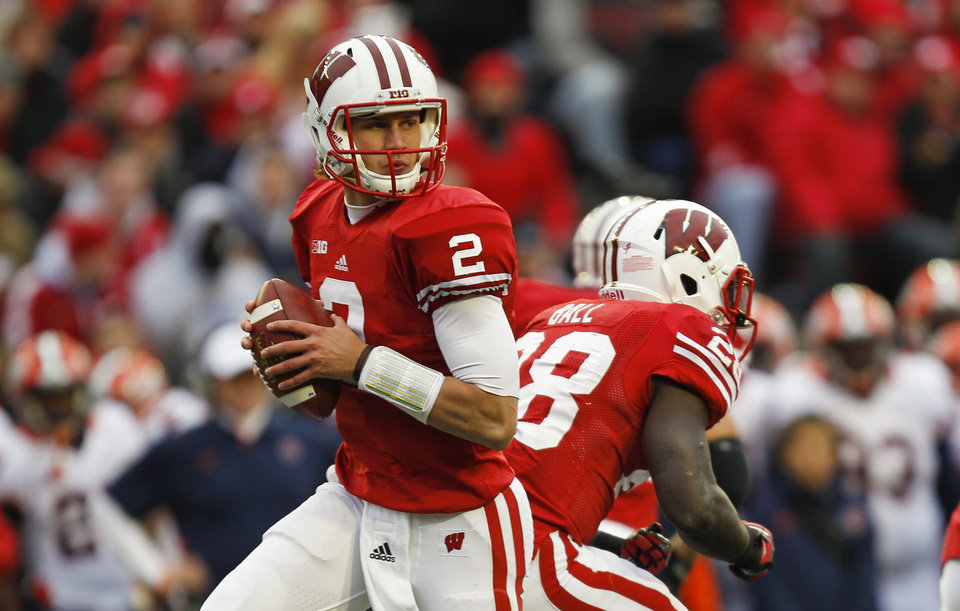 Photo -   Wisconsin quarterback Joel Stave looks to pass against Illinois during the second half of Wisconsin's 31-14 win in an NCAA college football game on Saturday, Oct. 6, 2012, in Madison, Wis. (AP Photo/Andy Manis)