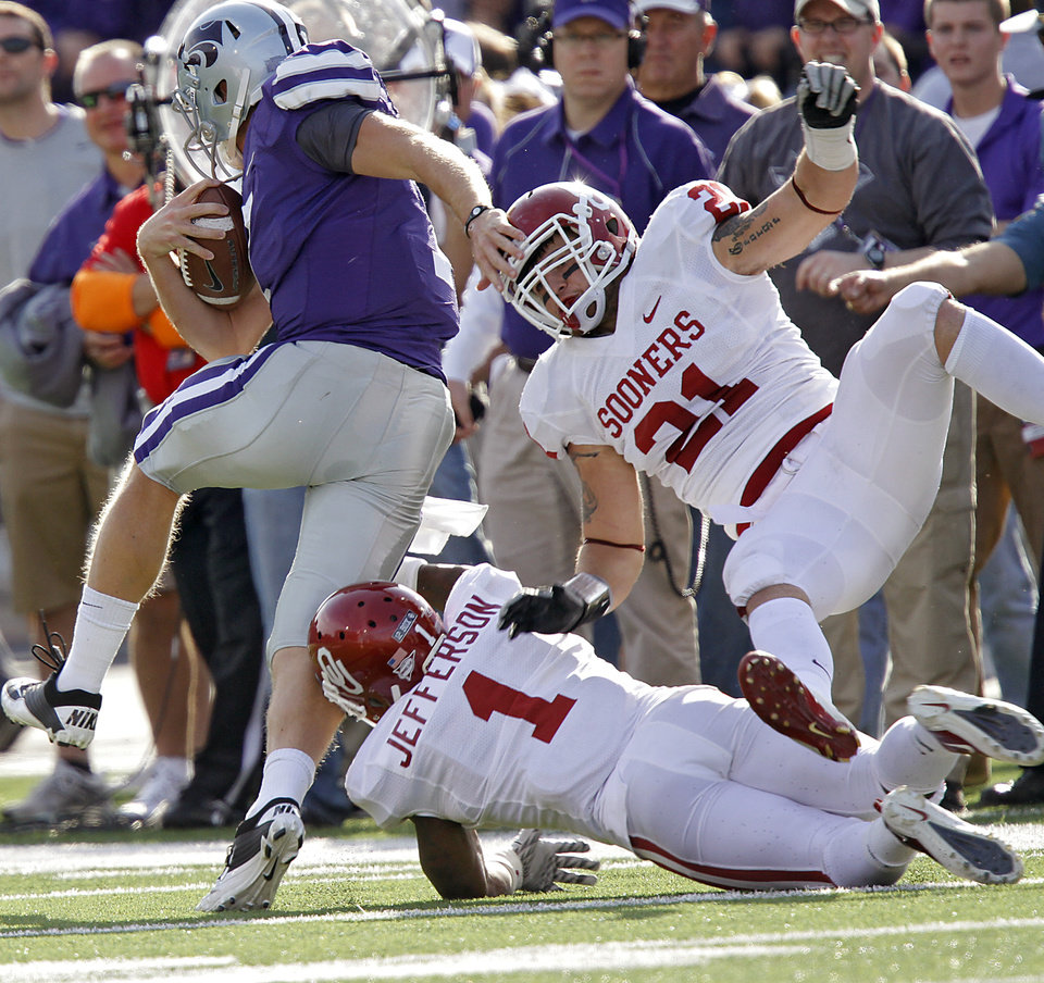 Photo - Kansas State Wildcats' Collin Klein (7) runs past Oklahoma Sooners' Tom Wort (21) and Tony Jefferson (1) during the college football game between the University of Oklahoma Sooners (OU) and the Kansas State University Wildcats (KSU) at Bill Snyder Family Stadium on Saturday, Oct. 29, 2011. in Manhattan, Kan. Photo by Chris Landsberger, The Oklahoman  ORG XMIT: KOD