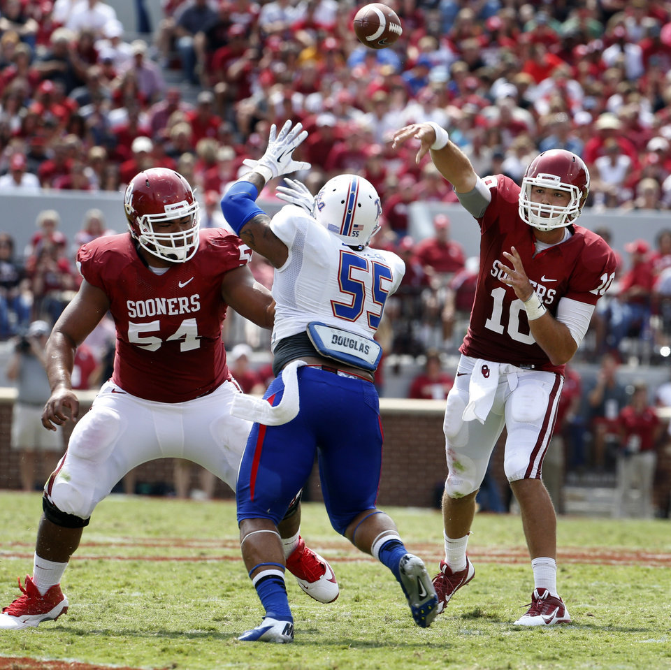 Photo - Oklahoma's Blake Bell (10) passes during the second half of a college football game between the University of Oklahoma Sooners (OU) and the Tulsa Golden Hurricane (TU) at Gaylord Family-Oklahoma Memorial Stadium in Norman, Okla., on Saturday, Sept. 14, 2013. Photo by Steve Sisney, The Oklahoman