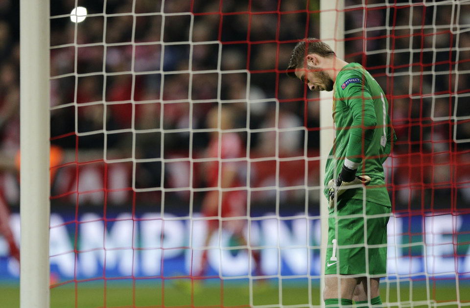 Photo - Manchester United's goalkeeper David de Gea reacts after Bayern's Arjen Robben scored his sides 3rd goal during the Champions League quarterfinal second leg soccer match between Bayern Munich and Manchester United in the Allianz Arena in Munich, Germany, Wednesday, April 9, 2014. (AP Photo/Matthias Schrader)