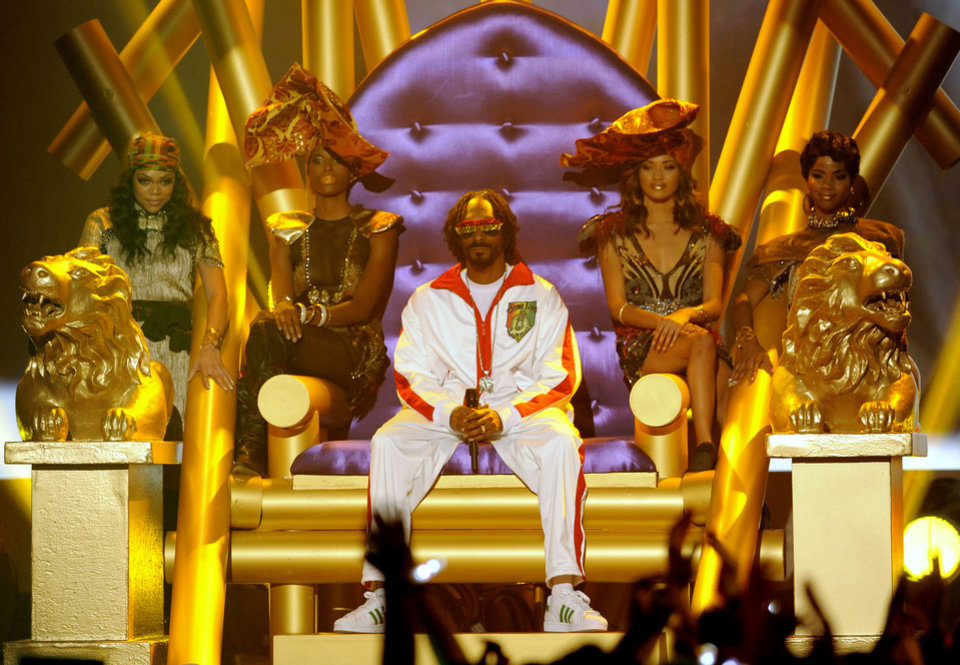 Snoop Lion, center, performs on stage at Spike's 10th Annual Video Game Awards at Sony Studios on Friday, Dec. 7, 2012, in Culver City, Calif. (Photo by Chris Pizzello/Invision/AP)