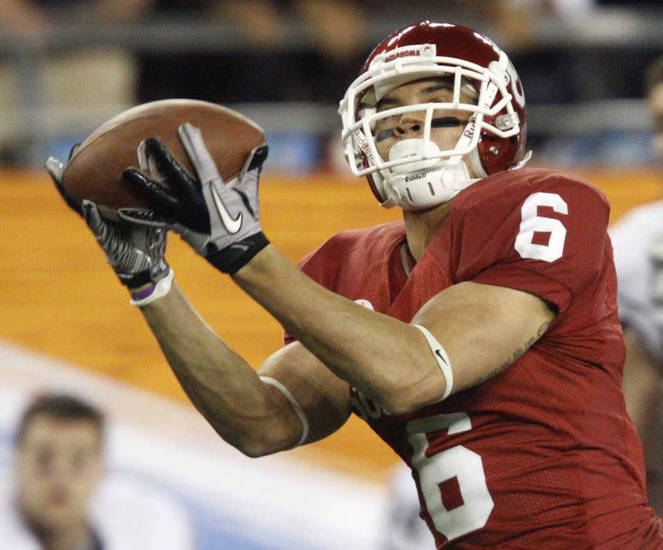 Photo - Oklahoma's Cameron Kenney  (6) catches a touchdown pass during the Fiesta Bowl college football game between the University of Oklahoma Sooners and the University of Connecticut Huskies in Glendale, Ariz., at the University of Phoenix Stadium on Saturday, Jan. 1, 2011.  Photo by Bryan Terry, The Oklahoman