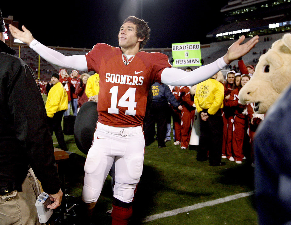 Photo - CELEBRATE / CELEBRATION: OU's Sam Bradford waves to the crowd after the college football game between the University of Oklahoma Sooners and Texas Tech University at Gaylord Family -- Oklahoma Memorial Stadium in Norman, Okla., Saturday, Nov. 22, 2008. BY BRYAN TERRY, THE OKLAHOMAN ORG XMIT: KOD