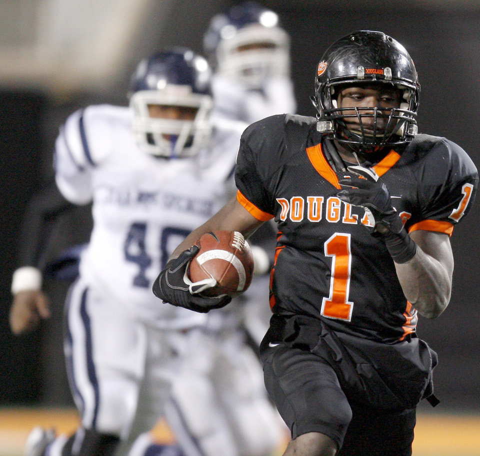 Photo - Quinton Neil of Douglass runs the ball during the Class 4A high school football state championship game betweeen Star Spencer Douglass at Boone Pickens Stadium in Stillwater, Okla., Saturday, December 5, 2009. Photo by Bryan Terry, The Oklahoman