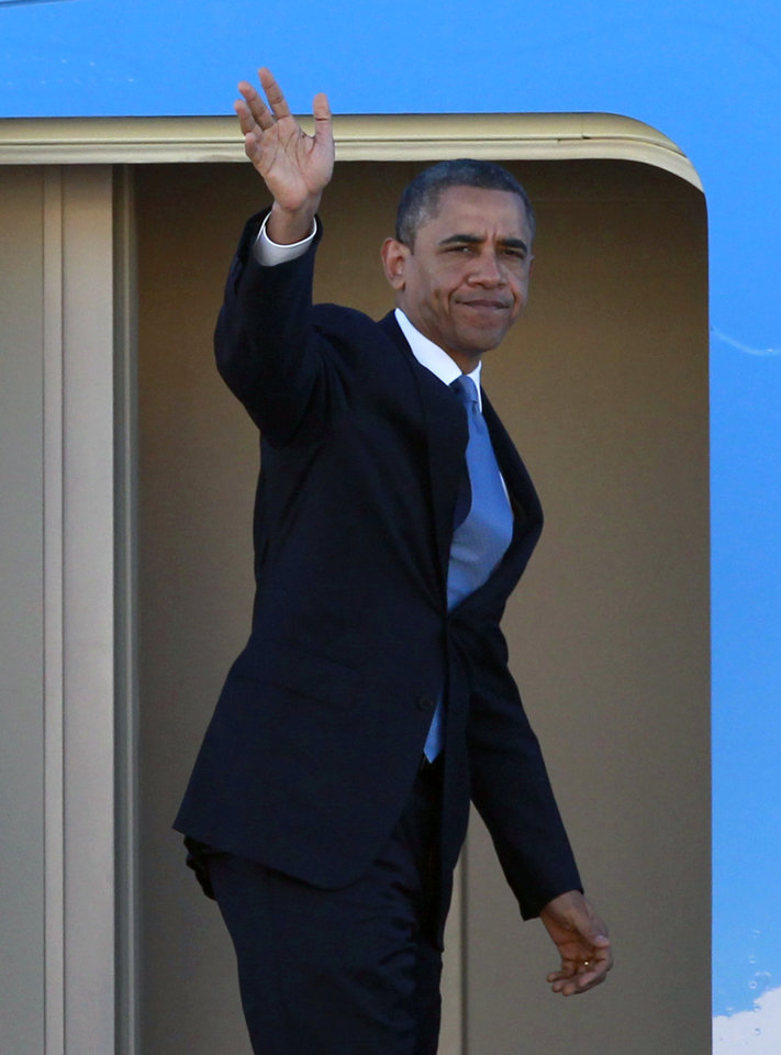 Photo -   President Barack Obama waves as he boards Air Force One before departing the Orlando International Airport, Monday, Oct. 29, 2012, in Orlando, Fla., enroute to Washington to monitor Hurricane Sandy. (AP Photo/John Raoux