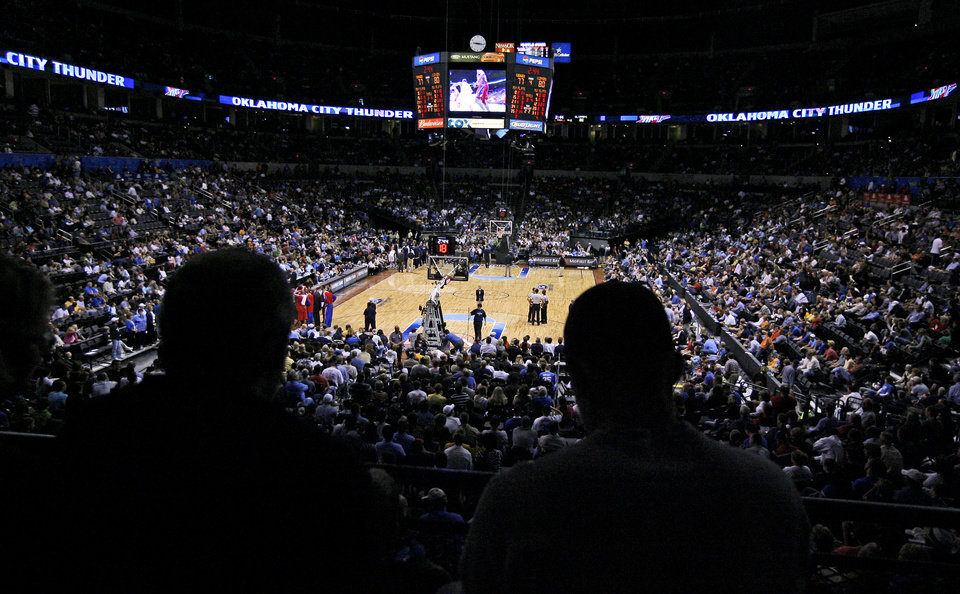 Photo - L.A. CLIPPERS / EXHIBITION: Fans watch during the preseason NBA basketball game between the Oklahoma City Thunder and the Los Angeles Clippers at the Ford Center in Oklahoma City, Tuesday, October 14, 2008. BRYAN TERRY, THE OKLAHOMAN  ORG XMIT: KOD