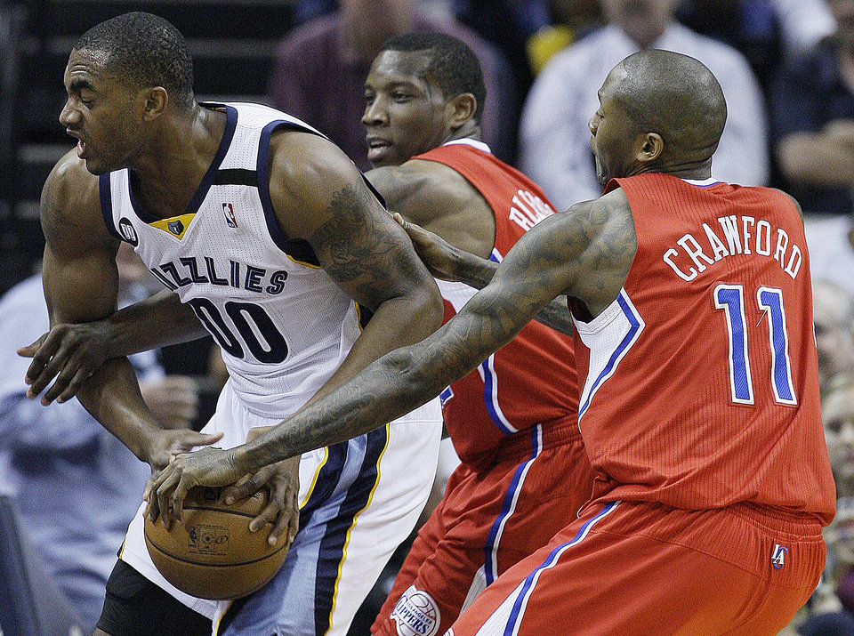 Los Angeles Clippers' Eric Bledsoe, center, Los Angeles Clippers' Jamal Crawford (11) vie for the ball against Memphis Grizzlies' Darrell Arthur (00) during the first half of Game 3 in a first-round NBA basketball playoff series, in Memphis, Tenn., Thursday, April 25, 2013. (AP Photo/Danny Johnston)