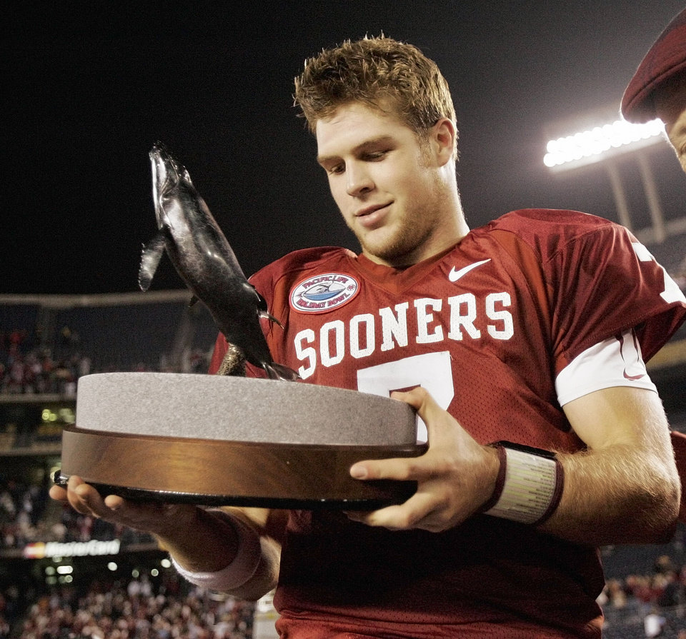 Photo - UNIVERSITY OF OKLAHOMA, OU, OREGON, PACIFIC LIFE HOLIDAY BOWL, COLLEGE FOOTBALL, MOST VALUABLE PLAYER: Oklahoma quarterback Rhett Bomar (7) holds the offensive MVP trophy after the Oklahoma Sooners (OU) defeated the Oregon Ducks in the Pacific Life Holiday Bowl college football game at Qualcomm Stadium in San Diego, Calif., Thursday, December 29, 2005. By Nate Billings, The Oklahoman. KOD