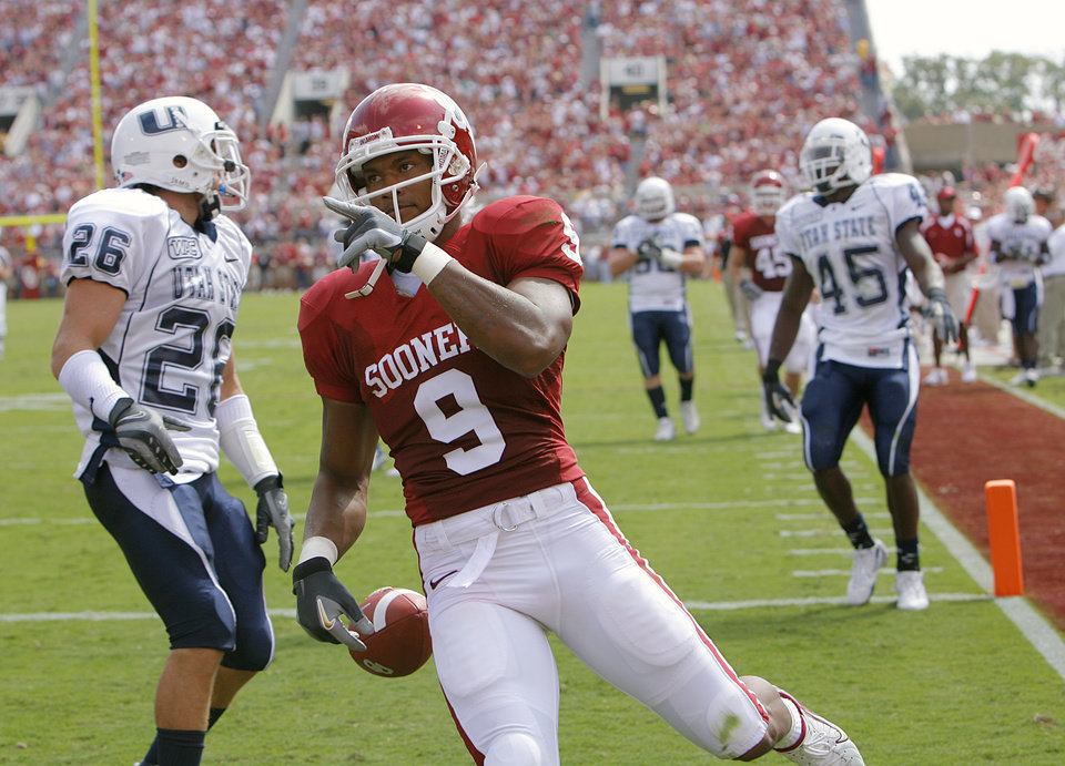 Photo - Oklahoma's Juaquin Iglesias (9) points to the fans as he strolls into the end zone for a touchdown against Utah State  in the first half during the University of Oklahoma Sooners (OU) college football game against the Utah State University Aggies (USU) at the Gaylord Family -- Oklahoma Memorial Stadium, on Saturday, Sept. 15, 2007, in Norman, Okla.     By CHRIS LANDSBERGER, The Oklahoman  ORG XMIT: KOD
