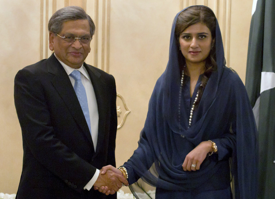 Photo -   Indian Foreign Minister S.M. Krishna, left, shakes hands with his Pakistani counterpart Hina Rabbani Khar, prior to their meeting in Islamabad, Pakistan on Saturday, Sept. 8, 2012. Krishna arrived in Pakistan for talks, the latest sign of a thaw in relations between two countries that have fought three major wars against each other. (AP Photo/Anjum Naveed)