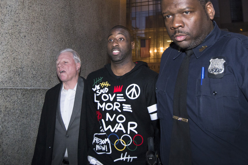 Photo - New York Knicks point guard Raymond Felton, center, leaves Manhattan Criminal Court after his arraignment, Tuesday, Feb. 25, 2014, in New York. Felton was arrested Tuesday on weapons charges after a lawyer for Felton's wife turned in a loaded gun allegedly belonging to the basketball star, saying she didn't want it in her home, police said. (AP Photo/John Minchillo)