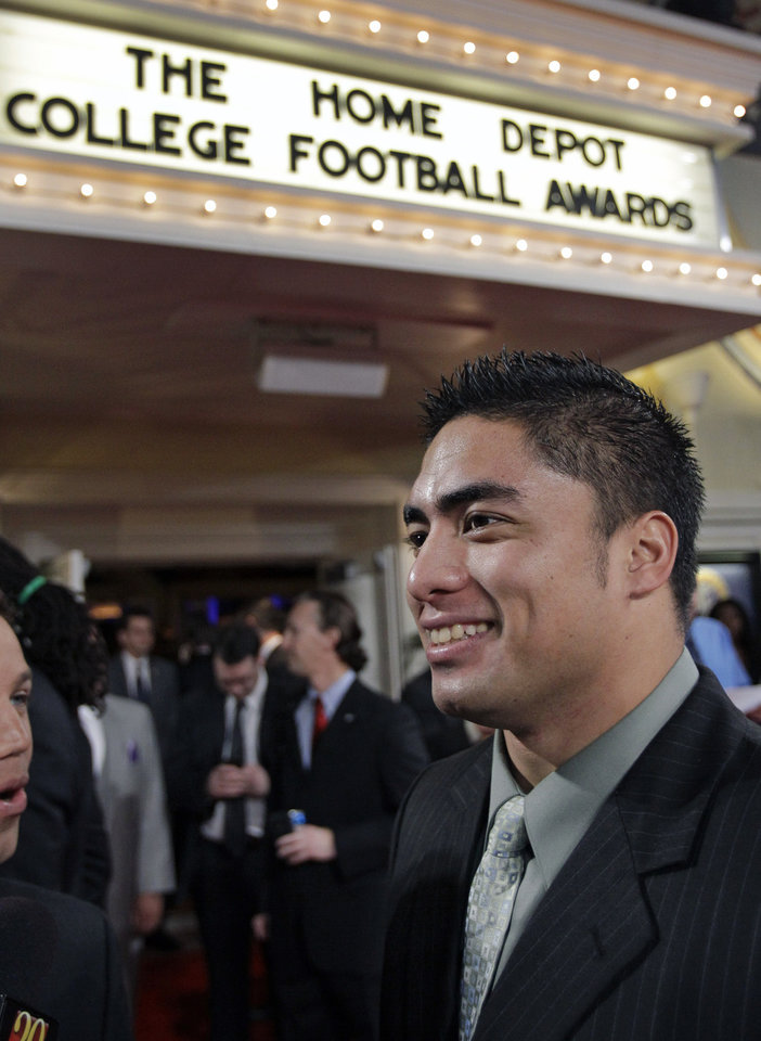 Notre Dame\'s Manti Te\'o talks with reporters as he arrives at the Home Depot College Football Awards in Lake Buena Vista, Fla., Thursday, Dec. 6, 2012.(AP Photo/John Raoux)