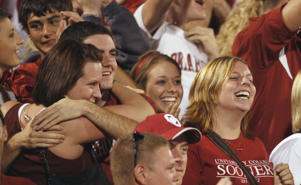 Photo - Sooner fans react to a fumble recovery and touchdown during the second half of the college football game between the University of Oklahoma Sooners (OU) and the University of Missouri Tigers (MU) at the Gaylord Family Oklahoma Memorial Stadium on Saturday, Oct. 13, 2007, in Norman, Okla.  By STEVE SISNEY, The Oklahoman