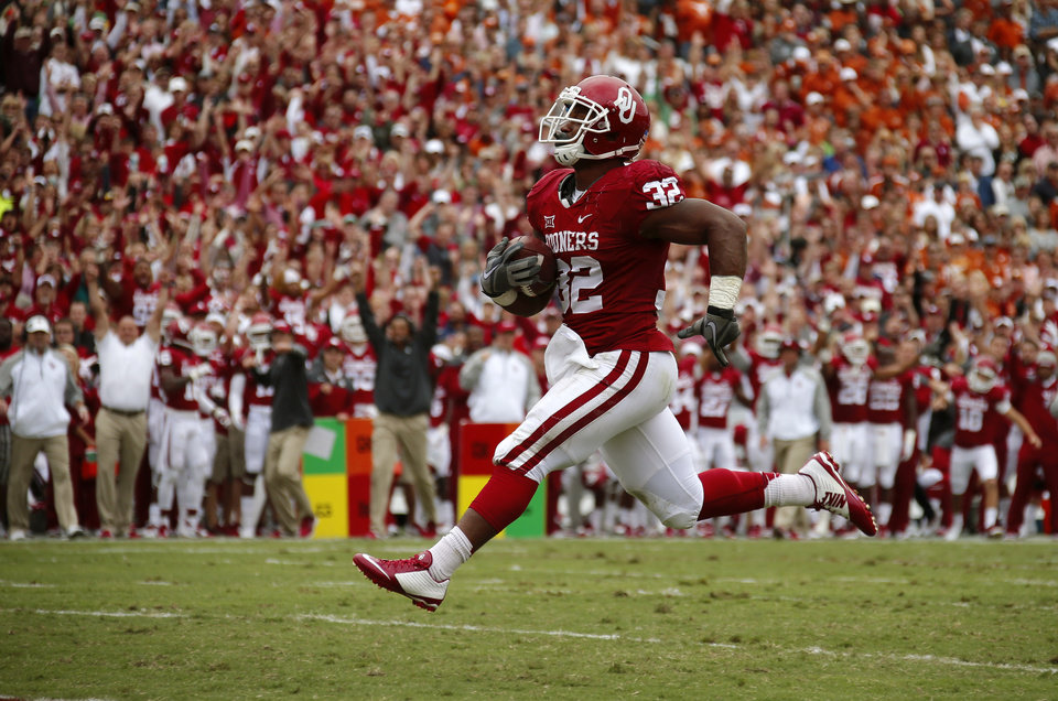 Photo - Oklahoma's Samaje Perine (32) races towards the end zone for a touchdown during the Red River Showdown college football game between the University of Oklahoma Sooners (OU) and the University of Texas Longhorns (UT) at the Cotton Bowl in Dallas on Saturday, Oct. 11, 2014. 