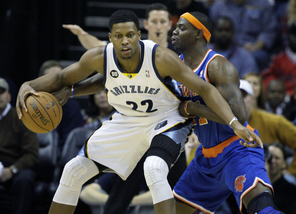 Photo -   Memphis Grizzlies' Rudy Gay (22) is pressured by New York Knicks' Ronnie Brewer, right, during the first half of an NBA basketball game in Memphis, Tenn., Friday, Nov. 16, 2012. (AP Photo/Danny Johnston)