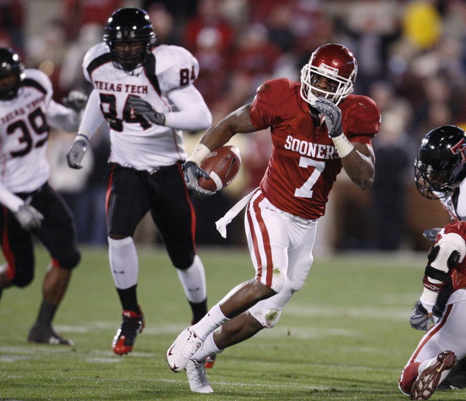 Photo - University of Oklahoma running back DeMarco Murray (7) carries against Texas Tech University in the first quarter of an NCAA college football game in Norman, Okla., Saturday, Nov. 22, 2008. Giving chase are Texas Tech Marion Williams (39) and Brandon Williams (84). (AP Photo/Sue Ogrocki) ORG XMIT: OKSO115
