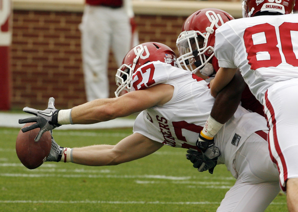 Photo - Wide receiver Seth Carter (27) stretches for a ball during the University of Oklahoma (OU) football team's annual Red and White Game at Gaylord Family/Oklahoma Memorial Stadium on Saturday, April 14, 2012, in Norman, Okla.  Photo by Steve Sisney, The Oklahoman