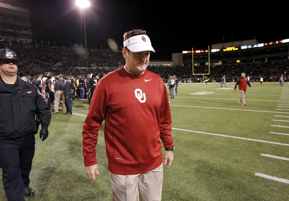 Photo - OU Coach Bob Stoops walks toward the locker room at the end  of the NCAA college football game between the University of Oklahoman (OU) Sooners and the Baylor Bears at Floyd Casey Stadium in Waco, Texas, Thursday, Nov. 7, 2013. OU lost to Baylor, 41-12. Photo by Jim Beckel, The Oklahoman