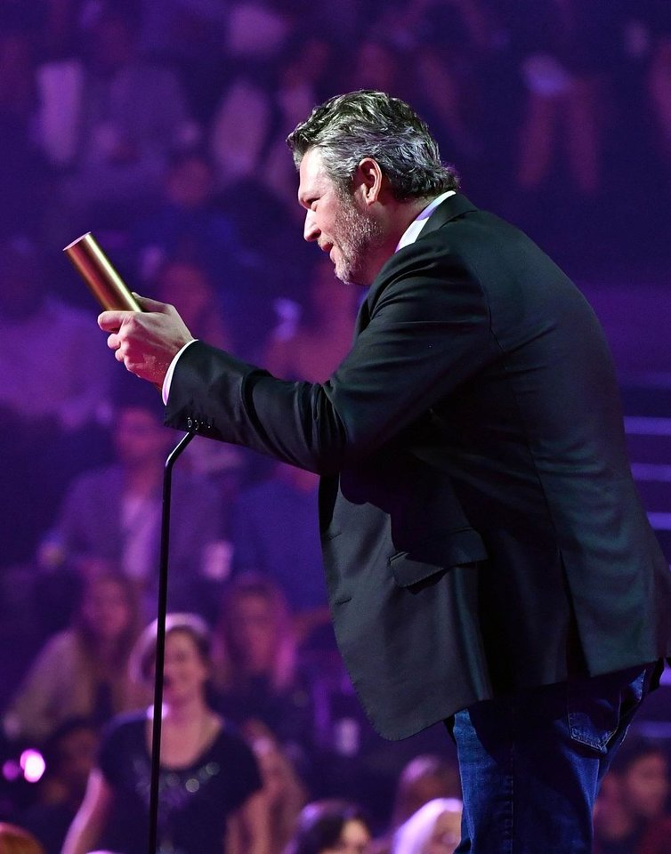 Photo - Blake Shelton speaks during the 2019 E! People's Choice Awards at the Barker Hangar on November 10, 2019. [Photo by Emma McIntyre/E! Entertainment]