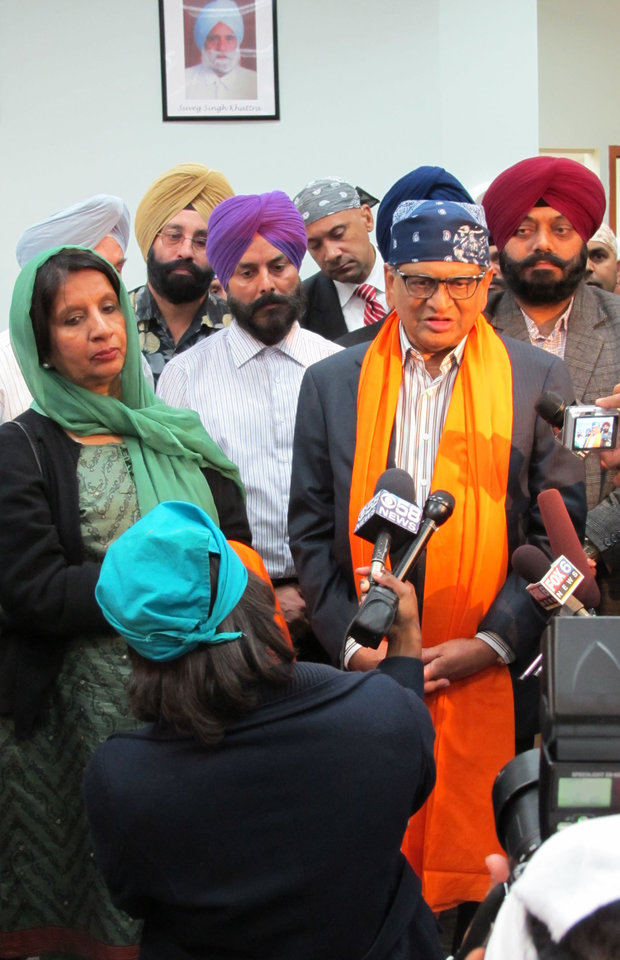 Photo -   Nirupama Rao, India's ambassador to the United States, left, in green headscarf, and S.M. Krishna, India's external affairs minister, right, in orange saropa, address the media during a visit to the Sikh Temple of Wisconsin in suburban Milwaukee Thursday, Oct. 4, 2012 to express condolences after a mass shooting in August left six worshippers dead. (AP Photo/Todd Richmond)