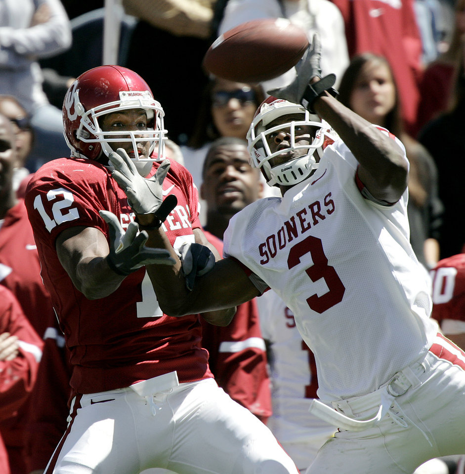 Photo - UNIVERSITY OF OKLAHOMA: Paul Thompson, left, of OU catches a ball as Reggie Smith defends during the Red-White spring college football game at The Gaylord Family-Oklahoma Memorial Stadium in Norman, Okla., April 8, 2006.  By Bryan Terry, The Oklahoman