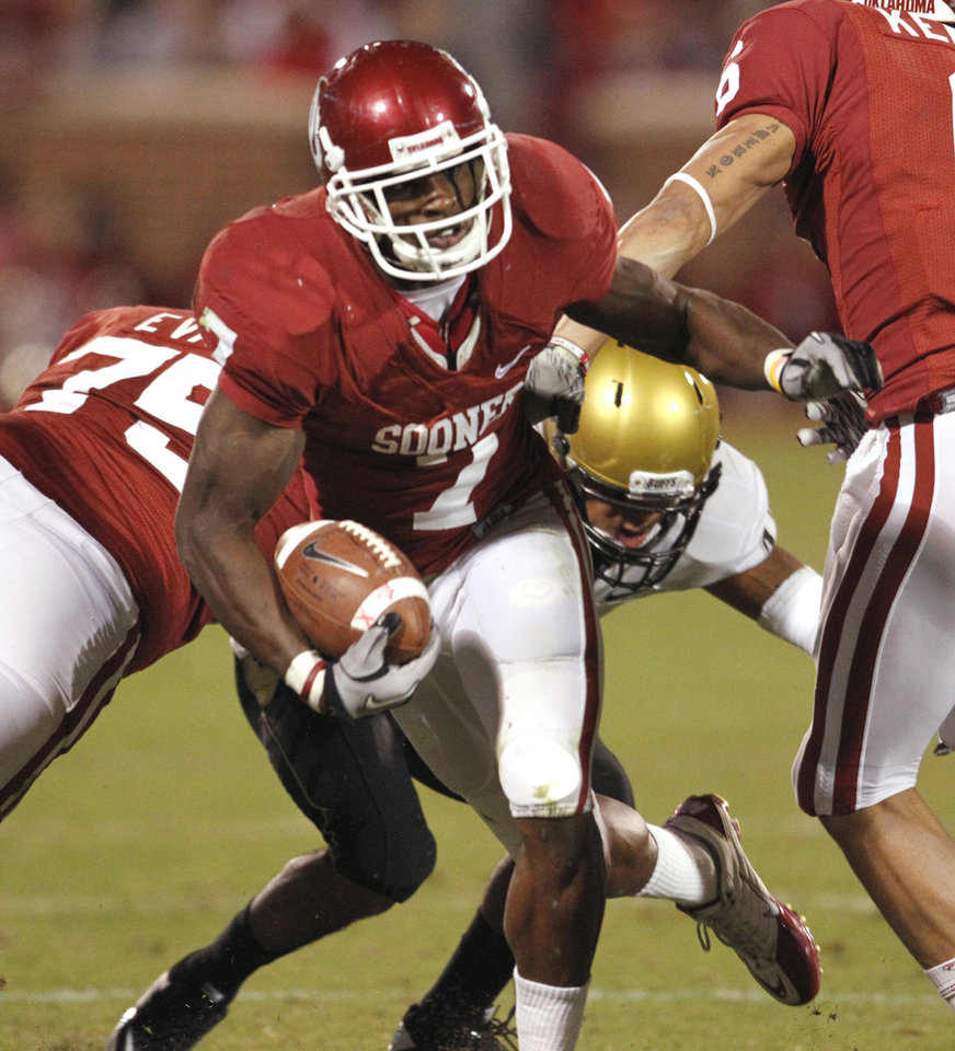 Photo - DeMarco Murray (7) during the first half of the college football game between the University of Oklahoma (OU) Sooners and the University of Colorado Buffaloes at Gaylord Family-Oklahoma Memorial Stadium in Norman, Okla., Saturday, October 30, 2010.  Photo by Steve Sisney, The Oklahoman